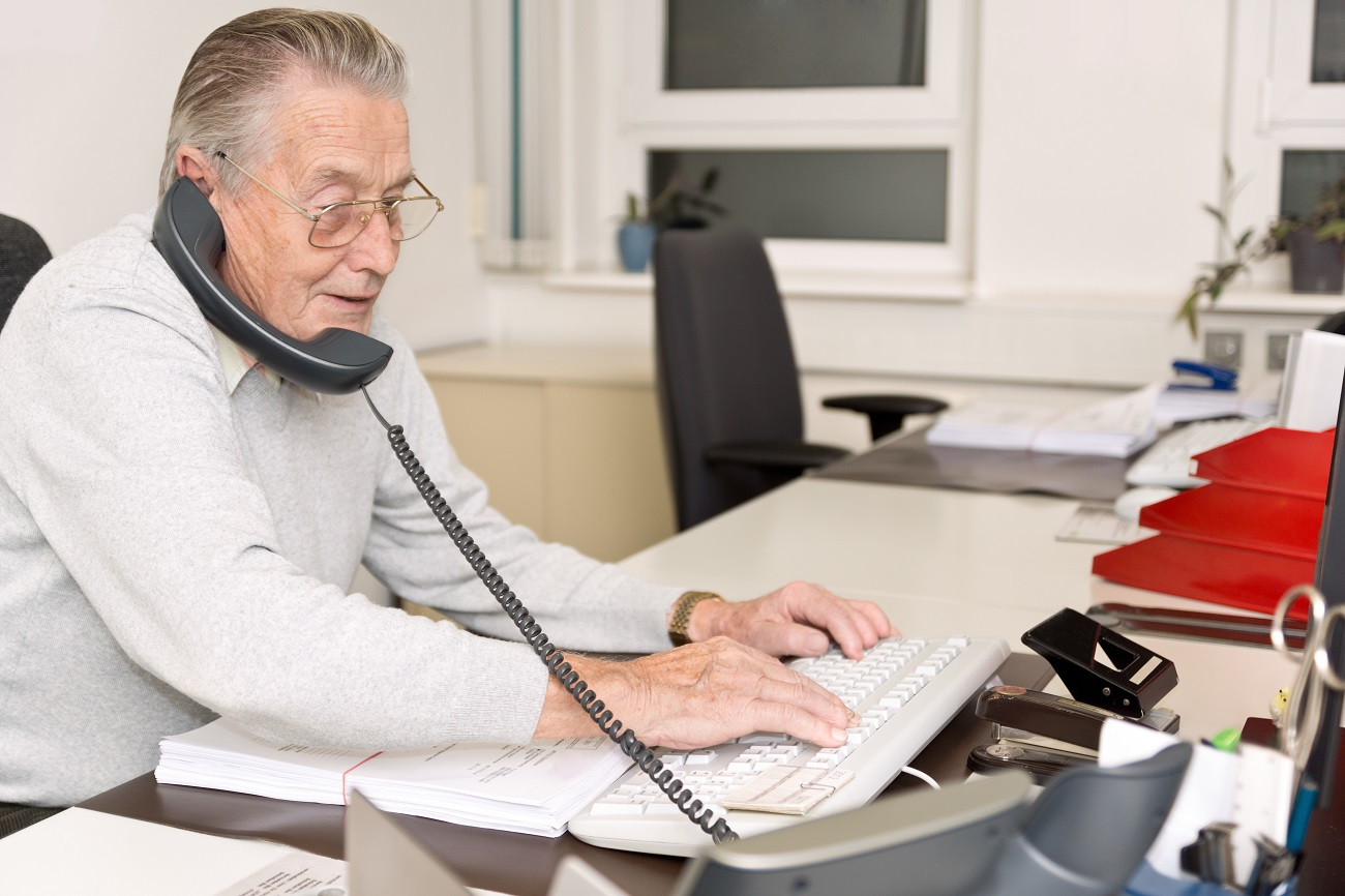 emeryt w pracy